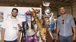 El concejal de Juventud a la derecha de la imagen junto al coordinador dle salon y a los Colplayers invitados